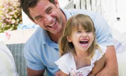 μπαμπάς και κόρη παίζουν