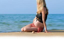 έγκυος στην θάλασσα