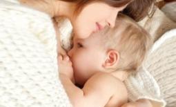 μητέρα φιλά νήπιο