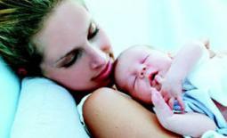 μαμά με το μωρό αγκαλιά