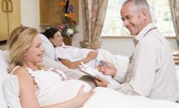 γιατρός συζητά με εγκύους σε μαιευτήριο