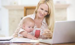 γυναίκα και μωρό στο γραφείο