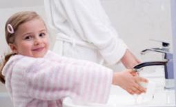 παιδί πλένει χέρια