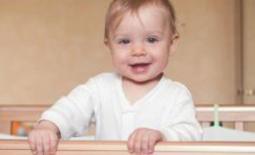 χαμογελαστό μωρό στην κούνια