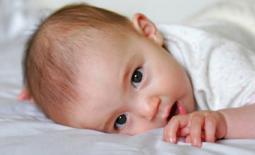 μωρό κοιτάζει τον φακό