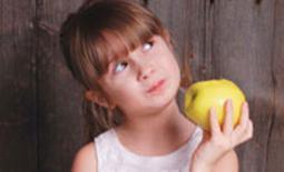 παιδί με φρούτα