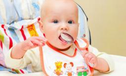 μωρό τρώει με κουτάλι
