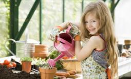 κοριτσάκι φροντίζει λουλούδια