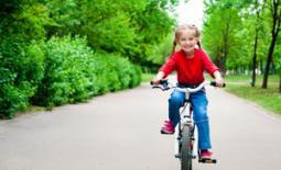 παιδί μαθαίνει ποδήλατο