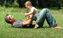 μπαμπάς με παιδί παίζουν