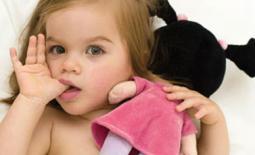 παιδί με το δάχτυλο στο στόμα