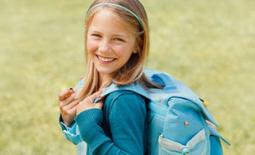 μαθήτρια με τσάντα