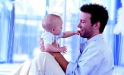 μπαμπάς με μωρό παίζουν