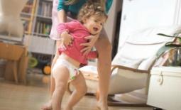 μαμά βοηθάει μωρό να περπατήσει