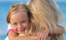 αγκαλιά με την μαμά