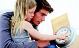 μπαμπάς μαθαίνει την ώρα στο παιδί