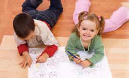 δυο παιδιά ζωγραφίζουν