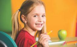 κοριτσάκι με πράσινο μήλο
