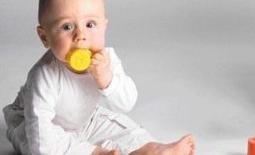 παιδί παιχνίδι στο στόμα