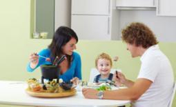οικογένεια τρώει