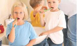 παιδιά πλένουν τα δόντια τους