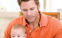 μπαμπάς με μωρό αγκαλιά