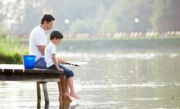 μπαμπάς και γιός ψαρεύουν