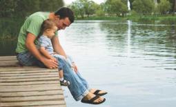 μπαμπάς και παιδί στην λίμνη