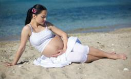 έγκυος στην άμμο