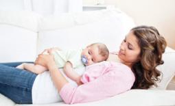 μαμά με κοιμισμένο μωρό αγκαλιά