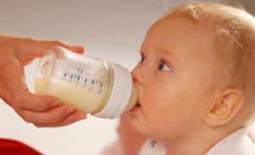 μωρό πίνει γάλα μπιμπερό