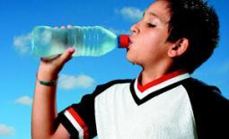 παιδί πίνει νερό