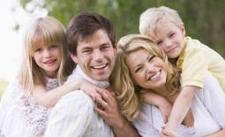 οικογένεια με παιδιά αγκαλιά