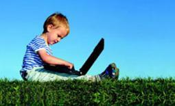 παιδί με laptop