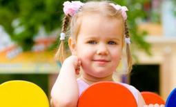 κοριτσάκι στην παιδική χαρά