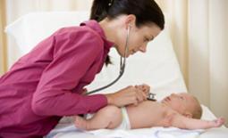 παιδίατρος εξετάζει μωρό