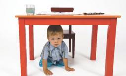παιδί κάτω απο το τραπέζι