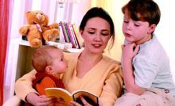 μαμά με παιδιά διαβάζουν