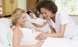 γιατρός εξετάζει έγκυο