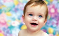 μωρό με γαλάζια μάτια