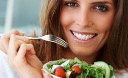 έγκυος τρώει σαλάτα