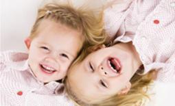 δύο αδέλφια γελούν