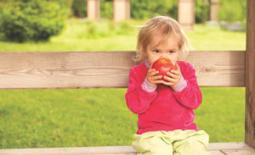 παιδί στο παγκάκι τρώει κολατσιό