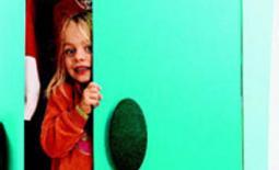 παιδί κρύβεται στην ντουλάπα