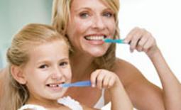 μαμά και κόρη πλένουν τα δόντια