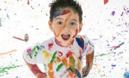 παιδί με χρώματα