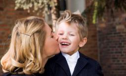 μαμά φιλάει τον γιό της