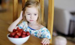παιδι και φράουλες