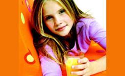 κορίτσι πίνει χυμό