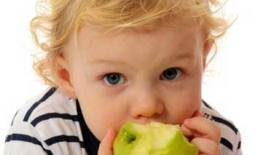 παιδί τρώει φρούτα